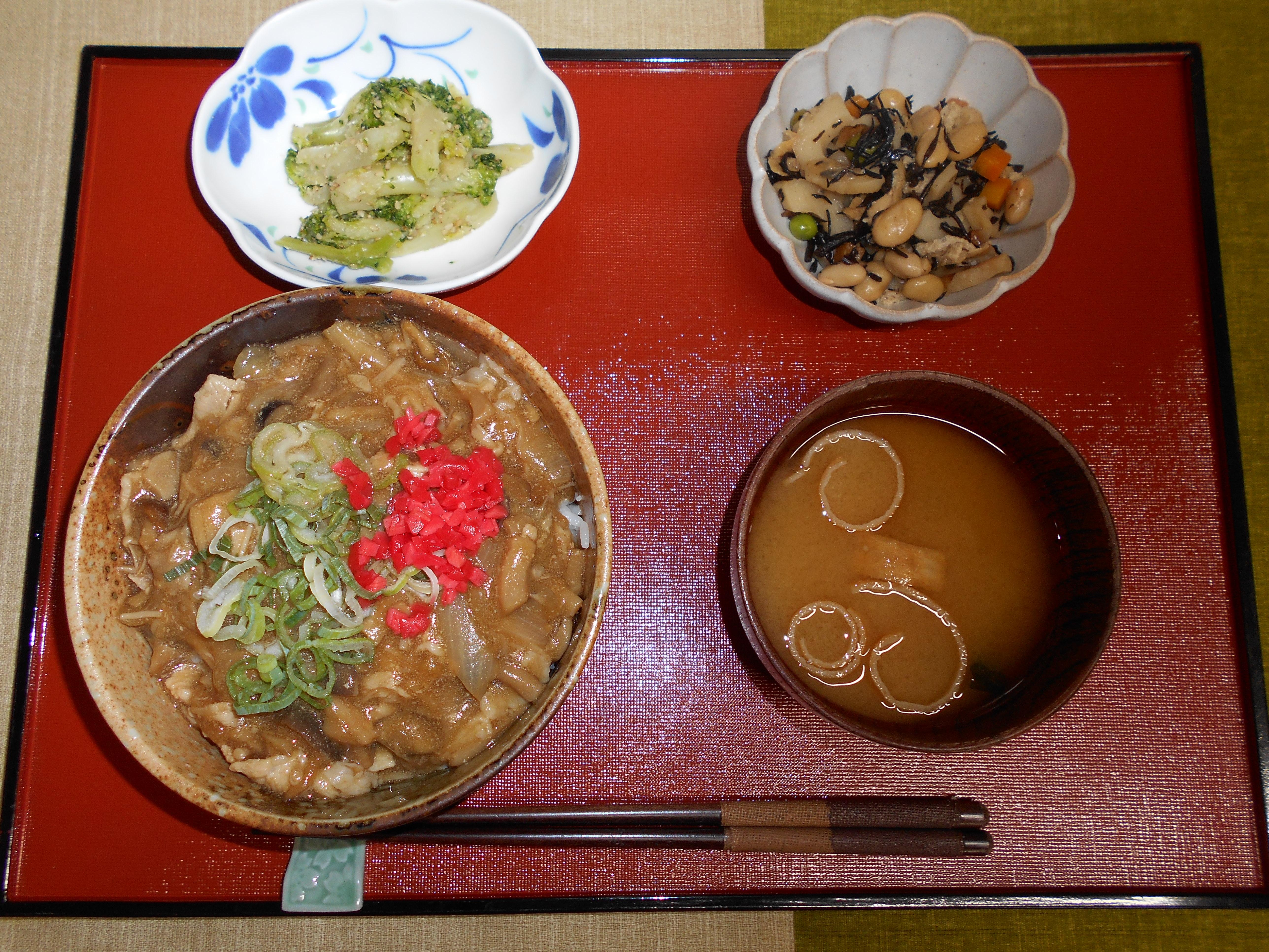 くみのき苑本部 豚肉キノコ甘辛丼